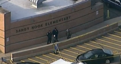 Police_at_Sandy_Hook [pd]