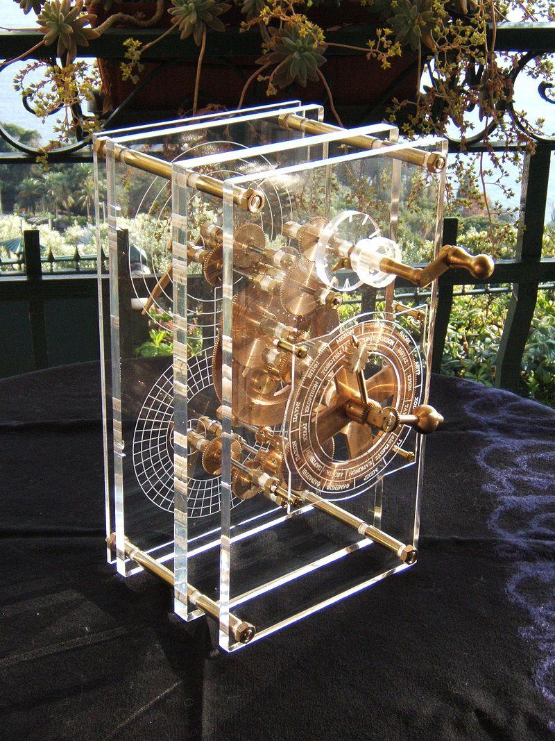800px-Antikythera_model_front_panel_Mogi_Vicentini_2007